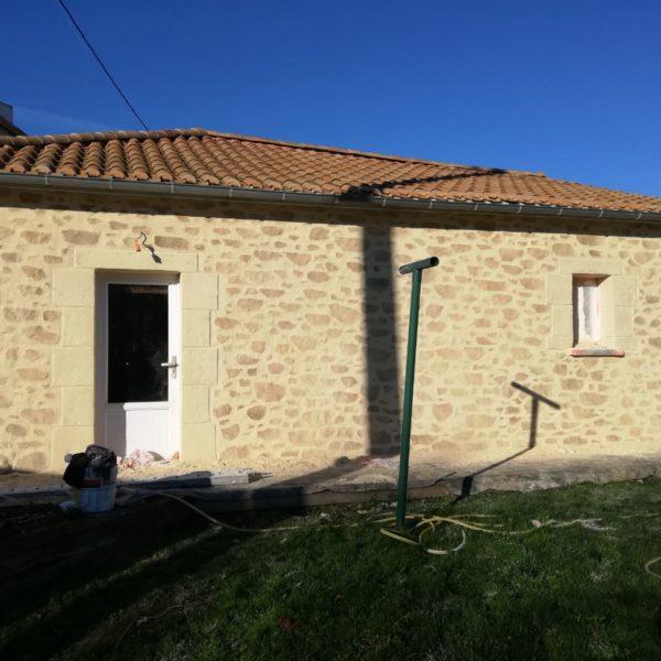 Enduit imitation pierre sur la façade d'une maison