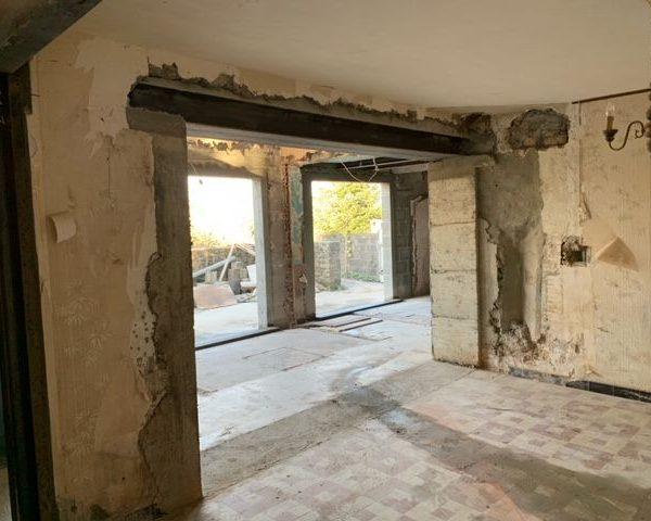 Maçonnerie sur un chantier de rénovation complète de maison.