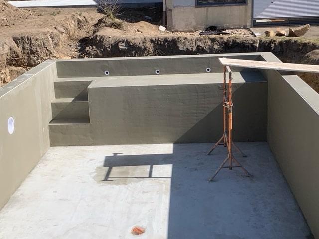 Réalisation de la maçonnerie pour une piscine.